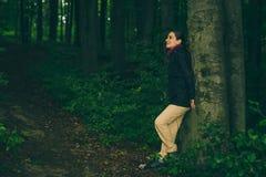 Vrouw in bos Royalty-vrije Stock Afbeelding