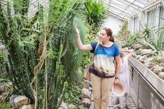 Vrouw in Botanische Tuin stock afbeelding