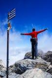 Vrouw bovenop berg royalty-vrije stock afbeelding
