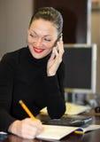 Vrouw in bureau Stock Afbeeldingen
