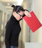 Vrouw in bureau Stock Foto's