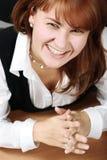 Vrouw in bureau het glimlachen Stock Afbeeldingen