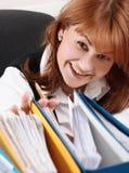 Vrouw in bureauonderzoek een dossier Royalty-vrije Stock Foto