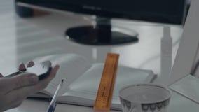 Vrouw in bureauvraag die iphone gebruiken Close-up van smartphone in de hand op bureauachtergrond Bureaulijst met blocnote stock footage