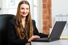 Vrouw in bureauzitting op de computer royalty-vrije stock fotografie