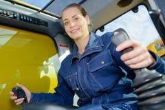 Vrouw in cabine industrieel voertuig stock fotografie