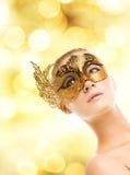 Vrouw in Carnaval masker Stock Foto