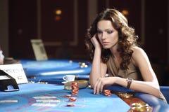 Vrouw in casino Stock Afbeeldingen