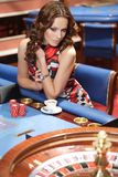 Vrouw in casino Stock Foto