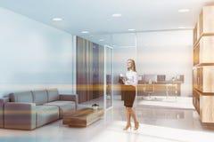 Vrouw in CEO bureau met zitkamer stock fotografie