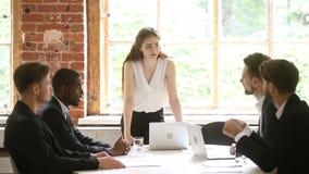 Vrouw chef- het bespreken project op groepsvergadering met diverse zakenlieden stock videobeelden