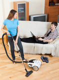 Vrouw cleaningwith vaccuumcleaner Stock Afbeelding