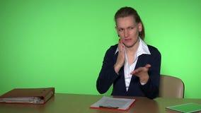 Vrouw in commercieel vergaderingsconcept Meisje in kostuum die met partners spreken stock footage