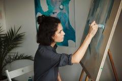 Vrouw in concept geestelijk de gezondheidsberoep van de kunstentherapie Royalty-vrije Stock Afbeelding