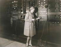 Vrouw controlegeluid in jaren '30 die studio registreren Royalty-vrije Stock Afbeelding