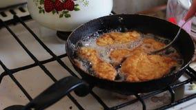 Vrouw Cook Roasts Meat Chops in een Koekepan op de Huiskeuken stock video