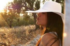 Vrouw in de aard met hoed Stock Afbeeldingen