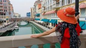 Vrouw in de antenne van Qanat Quartier