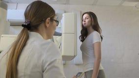 Vrouw de arts leidt Medische x-Ray Machine in het Ziekenhuisdiagnoselaboratorium voor meisje stock video