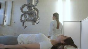 Vrouw de arts leidt Medische x-Ray Machine in het Ziekenhuisdiagnoselaboratorium voor meisje stock videobeelden