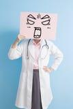 Vrouw de arts toont boos aanplakbord stock fotografie