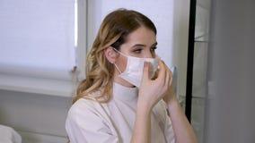 Vrouw de artsenschoonheidsspecialist draagt een masker stock video