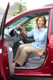 Vrouw in de auto stock afbeeldingen