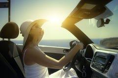 Vrouw in de auto Stock Afbeelding