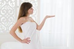 Vrouw in de badkamers Stock Afbeelding