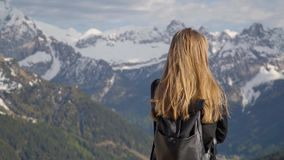 Vrouw in de bergen stock videobeelden
