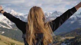 Vrouw in de bergen stock footage