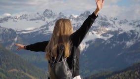 Vrouw in de bergen stock video