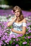 Vrouw in de bloemen Royalty-vrije Stock Foto's