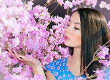 Vrouw in de bloemen van rododendron royalty-vrije stock afbeeldingen