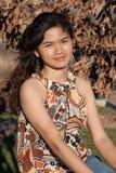 Vrouw in de Buitensporige Oranje Bovenkant van de Kleding Royalty-vrije Stock Foto's