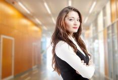Vrouw in de bureaubouw stock foto