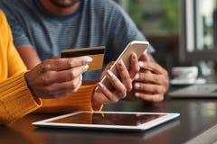 Vrouw in de creditcard van de koffiebarholding en mobiele telefoon royalty-vrije stock foto's