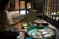 Vrouw in de Culturele het Dorpsvervaardiging van Sarawak van het museumdorp Stock Fotografie