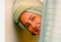 Vrouw in de Douche Stock Afbeeldingen