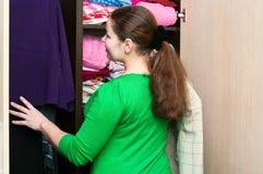 Vrouw in de garderobe stock foto