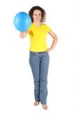Vrouw in de gele overhemd en ballon van jeansaanbiedingen Stock Foto