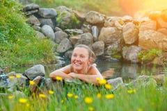 Vrouw in de geothermische lente Stock Foto's
