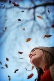 vrouw in de herfst Stock Foto's