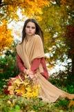 Vrouw in de herfstbos Royalty-vrije Stock Afbeeldingen