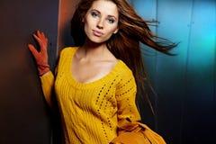Vrouw in de herfstkleuren Royalty-vrije Stock Afbeeldingen