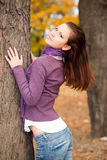 Vrouw in de herfstpark Stock Afbeelding