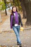 Vrouw in de herfstpark Royalty-vrije Stock Fotografie