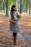 Vrouw in de herfstpark royalty-vrije stock afbeelding