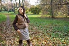 Vrouw in de herfstpark Stock Foto's