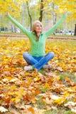 Vrouw in de herfstpark Royalty-vrije Stock Afbeeldingen